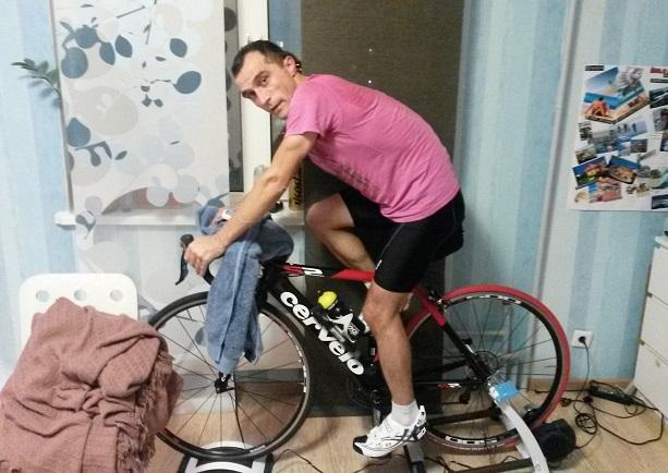 Тренировка на велосипеде дома.