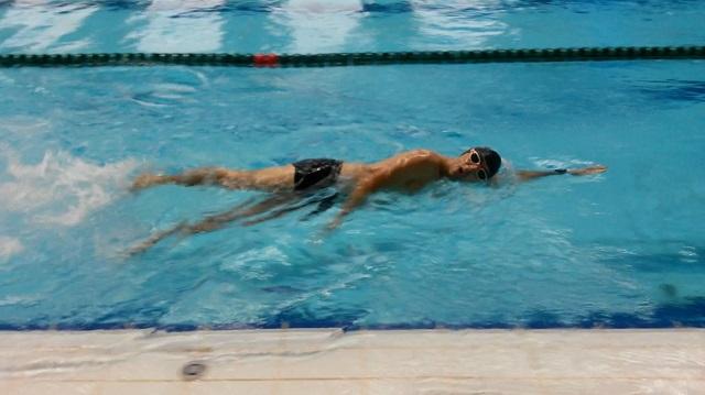 Отработка техники в бассейне.