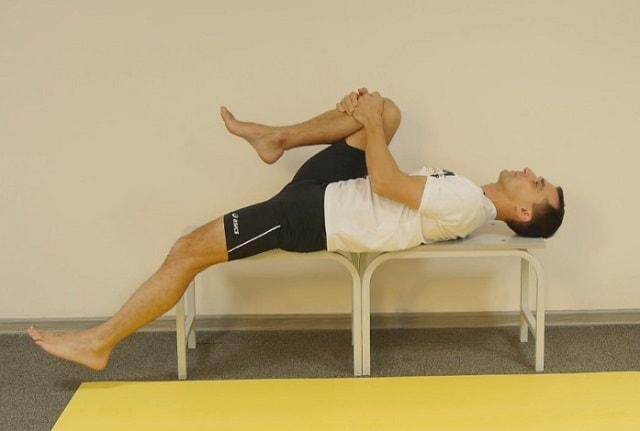 Упражнение на растяжение четырехглавой мышцы.