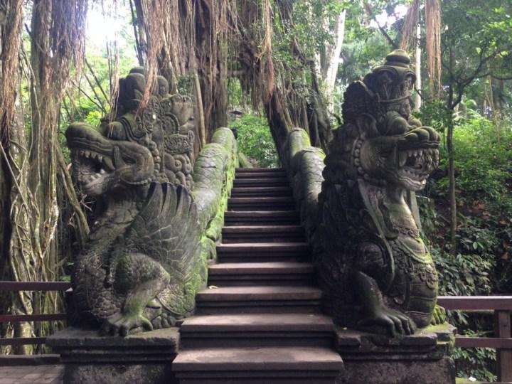 Мост с драконами в Лесу Обезьян в Убуде на Бали