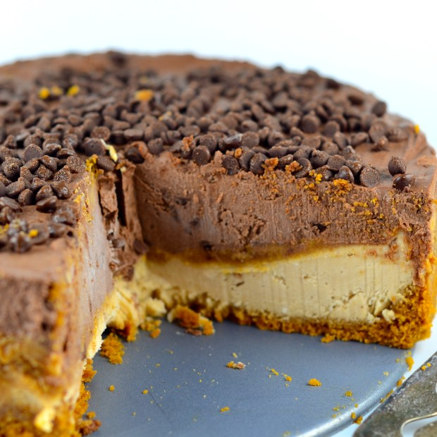 No-Bake Peanut Butter & Chocolate Vegan Cheesecake #cheesecake #vegan #chocolate #peanutButter #Vegan #glutenFree #dessert