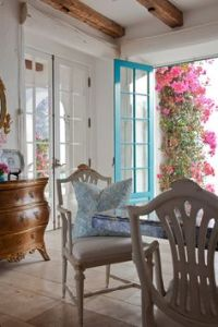 A favorite coastal interior - bright white spaces ...