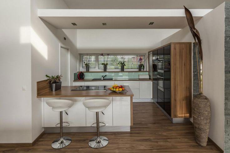 #cocinas #conestilopropio: combinación color blanco y negro en frentes de armario, encimera de madera y salpicadero de cristal.