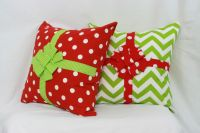Christmas pillows with bow and ribbon! | CHRISTMAS | Pinterest