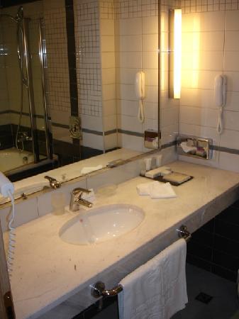 La salle de bain rénovée - Picture of Hotel Marinela Sofia, Sofia