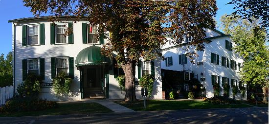 One hotel - two linked buildings - Picture of Moffat Inn, Niagara-on