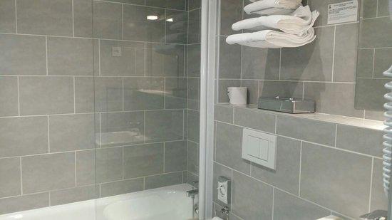 Salle de bain rénovée ) - Photo de Hôtel Edmond Rostand, Marseille