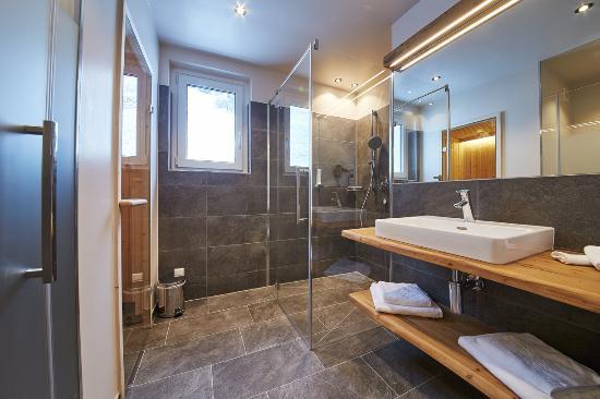 Moderne Badezimmer mit Infrarotkabine oder Sauna - Bild von - badezimmer mit sauna