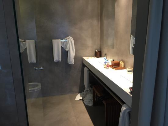 grande salle de bain, avec pleins de serviettes à disposition