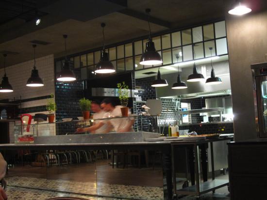 Blick in die offene Küche - Picture of Lu0027Osteria, Vienna - TripAdvisor - offene kuche