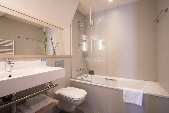 Salle de bains rénovée avec baignoire - Photo de Mercure Deauville