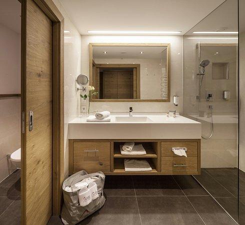 ... Großzügige Badezimmer Mit Walk In Dusche Im Hotel Panorama In   Badezimmer  4b ...
