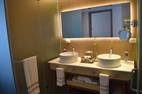 Very nice bathrooms here! - Foto van Nickelodeon Hotels ...