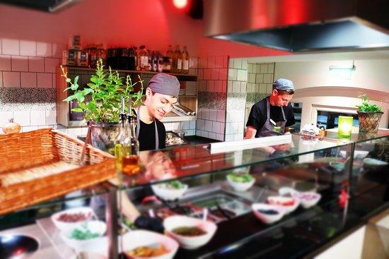 Offene Küche mit jungem dynamischem Team - Picture of Alex Kitchen - offene kuche