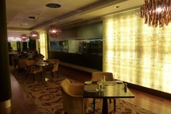 Teilweise offene Küche - Picture of Sky Grill, Hilton Baku, Baku - offene kuche