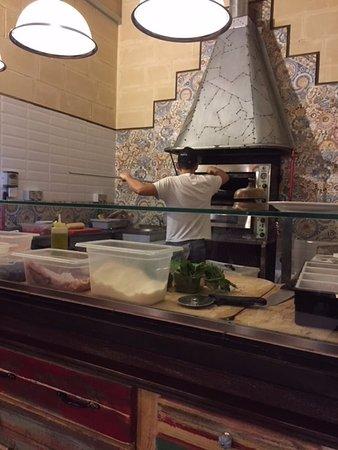 Offene Küche - sehr schön! - Picture of Sotto Pizzeria, Valletta - offene kuche