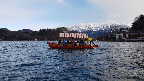 The Pletna Boat In Action Lake Bled Bled Fenykepe
