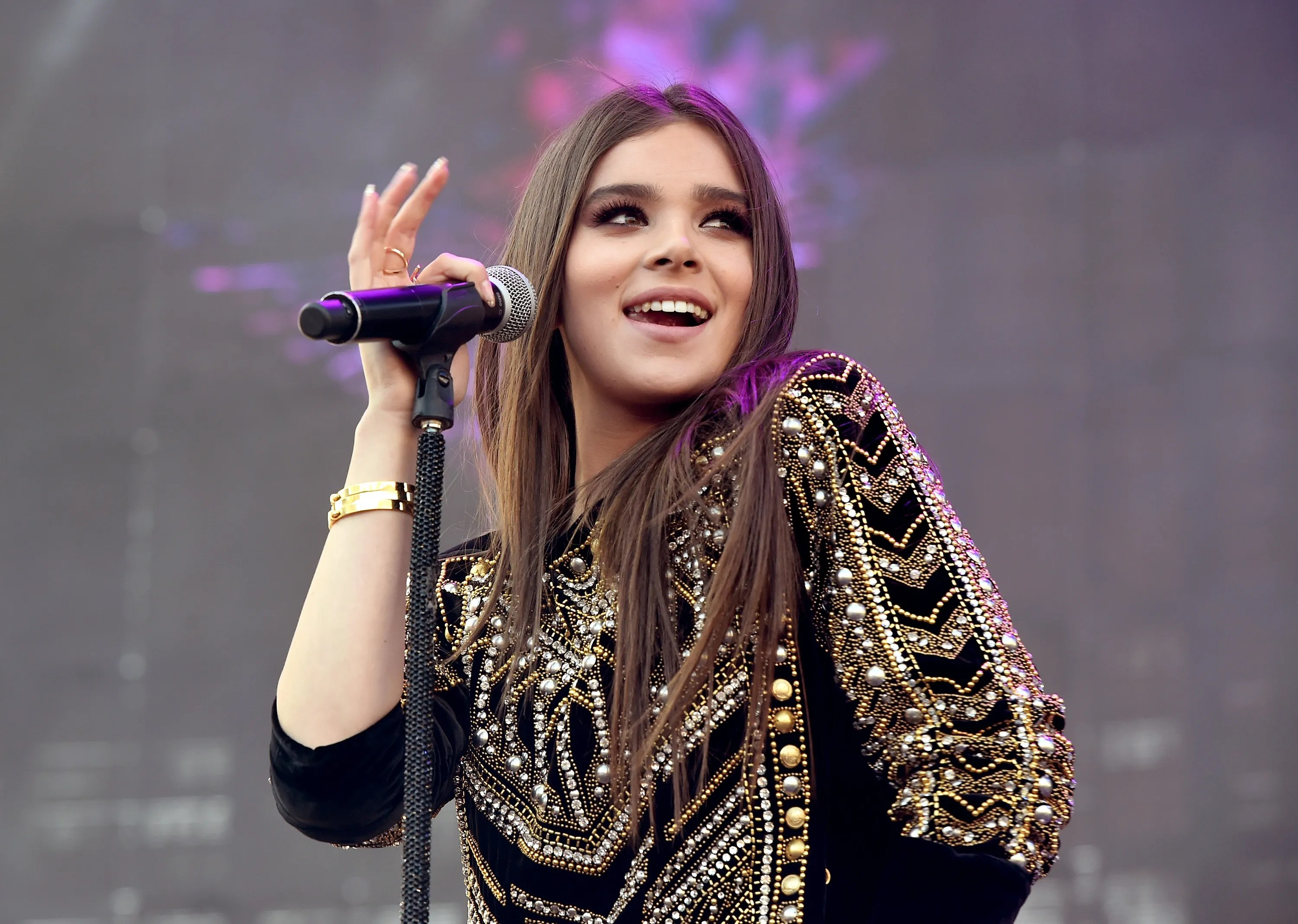 Wallpaper For Ten Girl Room Hailee Steinfeld Opens Up About How She Learned To Love