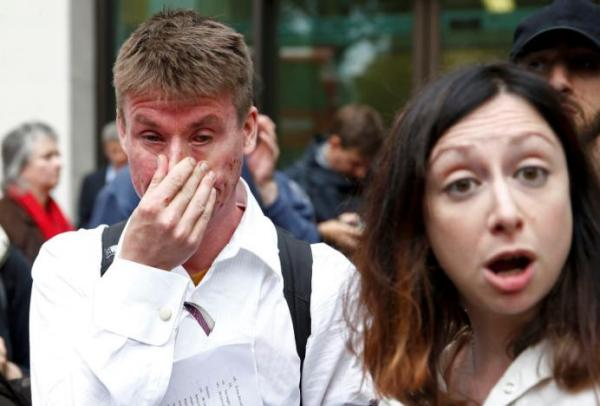 Lauri Love (L) reacts as he leaves after his extradition hearing at Westminster Magistrates' Court in London,  Sep. 16, 2016. REUTERS