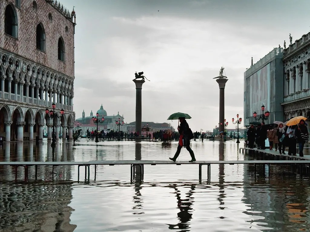 Girl In Rain Hd Wallpaper Ask Wendy What S The Real Story With Acqua Alta In Venice