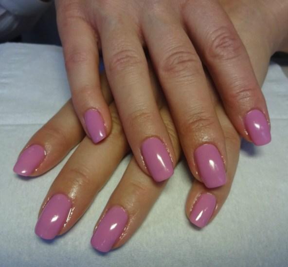 Fina naglar med en vacker rosa nyans