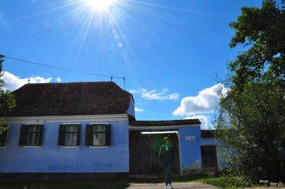 În fața unei case