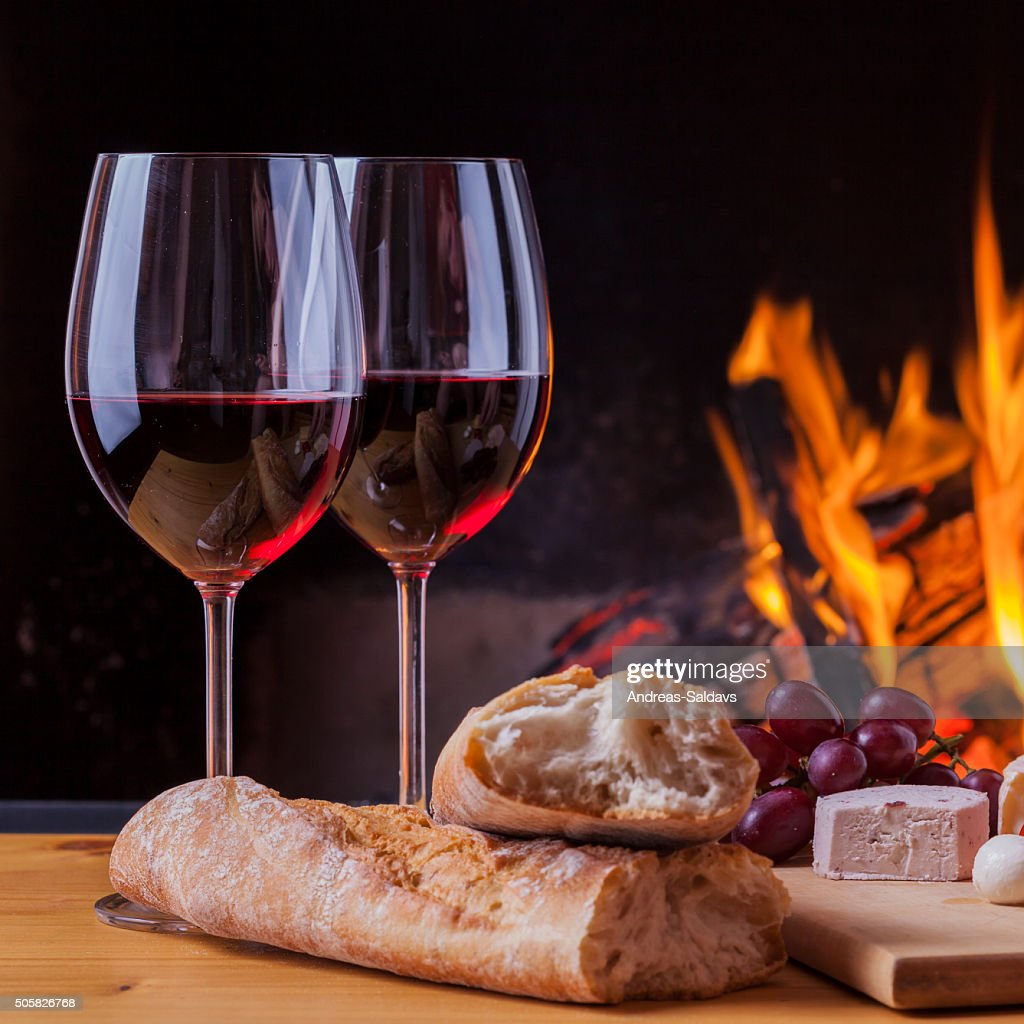 Rotwein Am Kamin Speisen Snacks Und Rot Wein Am Kamin Stock Foto Getty Images