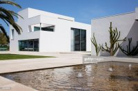 Fountain In Courtyard Of Modern House Stock Photo | Getty ...