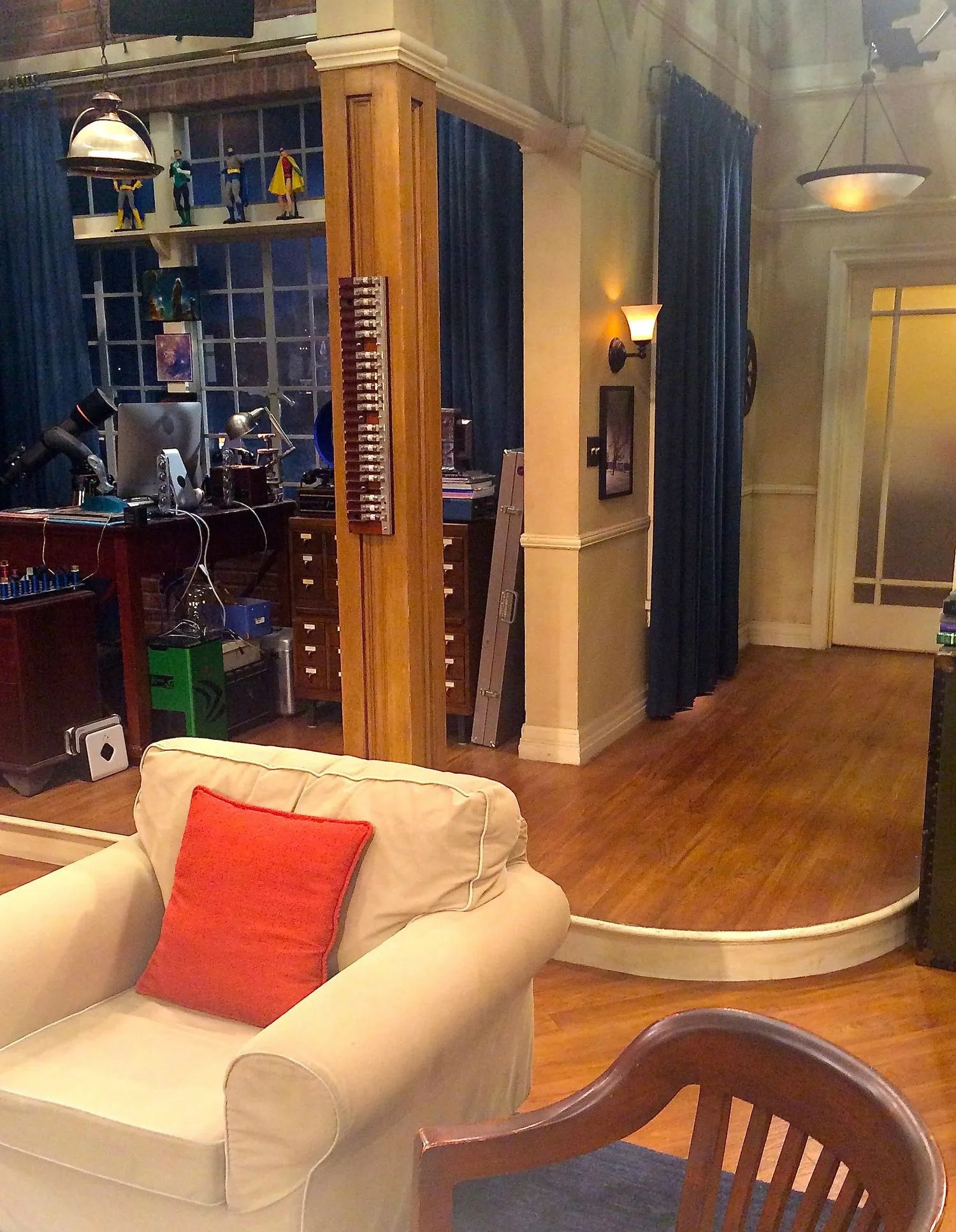 Big Bang Couch Gag The Big Bang Theory Behind The Scenes Set Photos And Videos Glamour