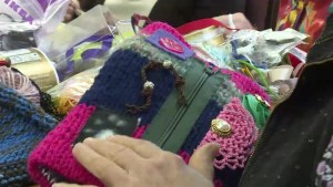 Pointe-Claire seniors knit hand warmers for Alzheimer's patients