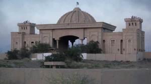 Iraqi troops enter palace in Saddam's hometown