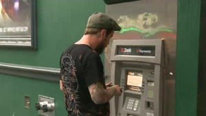 Police warning: Thieves are taking advantage of drunken people at ATMs