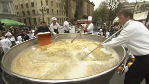 Bosnian chefs attempt record-breaking chicken soup