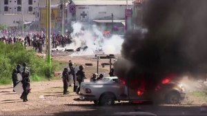Raw footage: Mexican police, teachers clash in Mexico