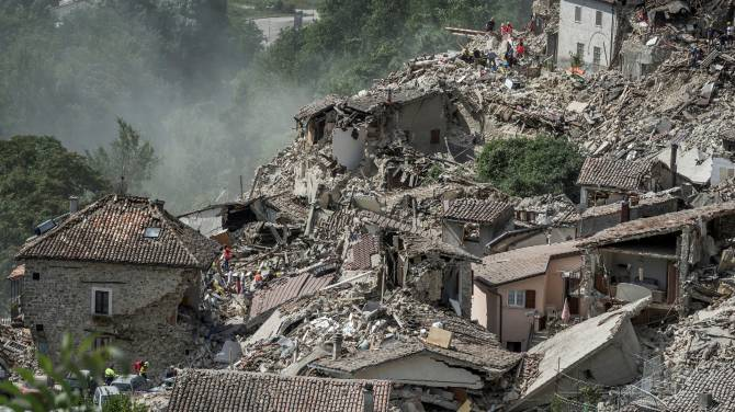 Italy earthquake before and after pictures show entire for Where do you go in an earthquake