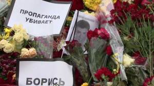 Nemtsov supporters continue to bring flowers