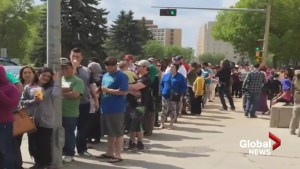Massive lineups greet Fort McMurray evacuees trying to get emergency funds