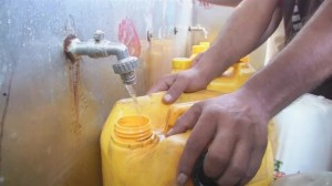 Raw video: Gaza residents seek food and water after Israeli troops pull out