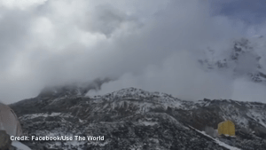 Climber captures avalanche on Mount Everest following earthquake