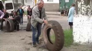 Raw video: Pro-Russia militias erect barricades in Slovyansk, Ukraine