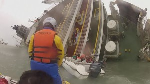 Raw: Close-up of rescuers trying to save ferry passengers