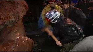 Raw video: Ukraine protesters bashing toppled Lenin statue with sledgehammer