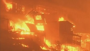 Massive forest fire sweeps through Valparaiso, Chile