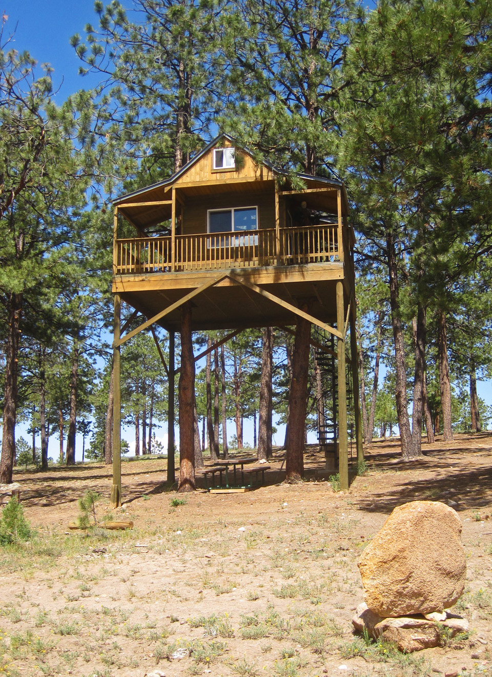 A very cool tree house in truchas nm high road artist for Really cool houses