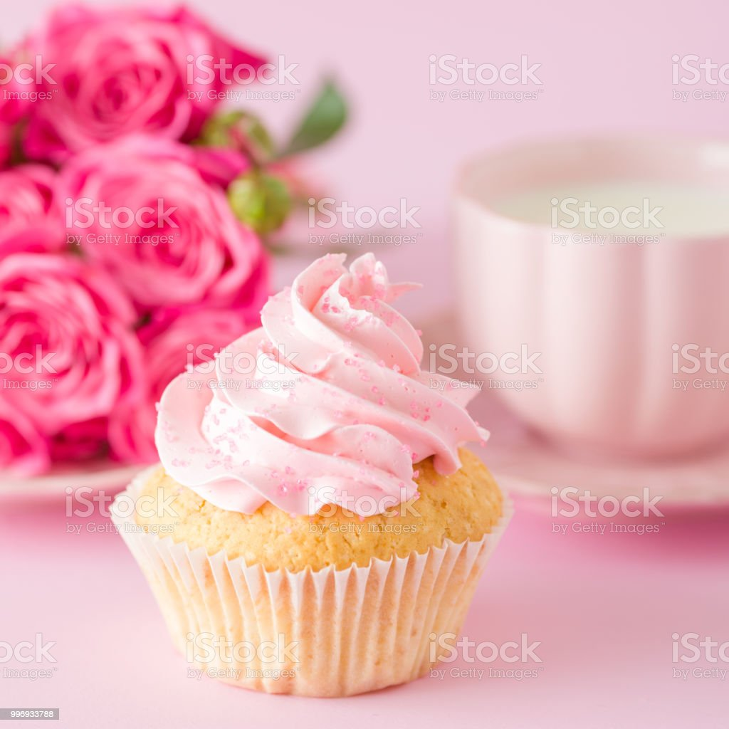 Décoration De Cupcake Cupcake With Pink Cream Decoration And Roses On Pink Pastel