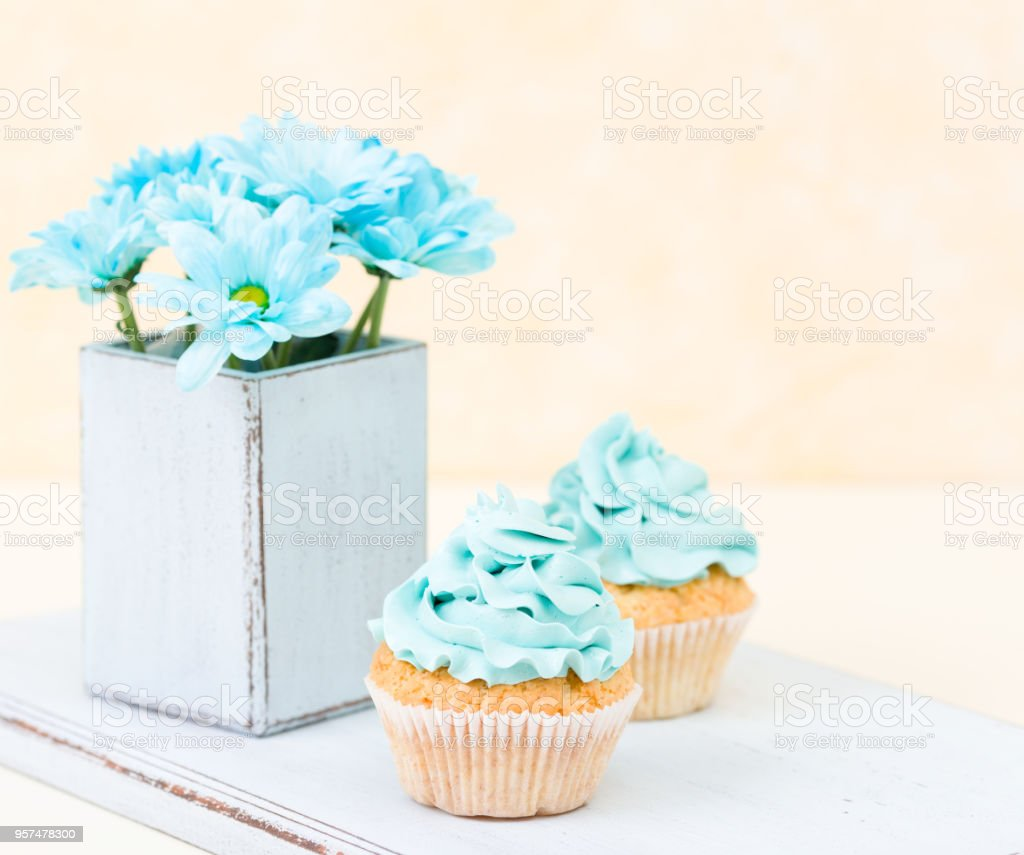 Décoration De Cupcake Cupcake With Sweet Blue Buttercream Decoration And Blue Chrysanthemum In Retro Shabby Chic Vase Stock Photo More Pictures Of Affectionate