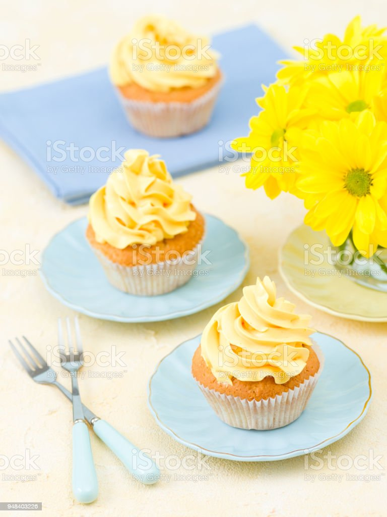 Décoration De Cupcake Cupcake With Yellow Cream Decoration And Bouquet Of Yellow