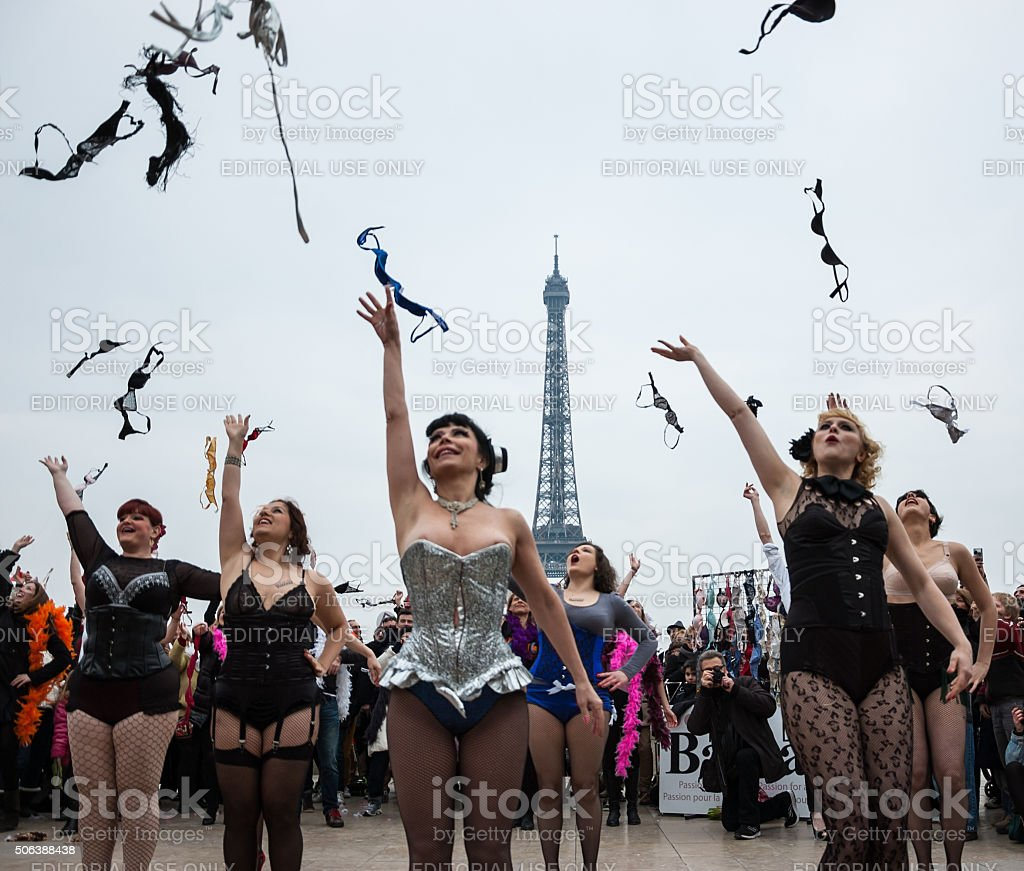 Photo Stock Paris Flash Mob To Raise Awareness For Breast Cancer In Paris Stock