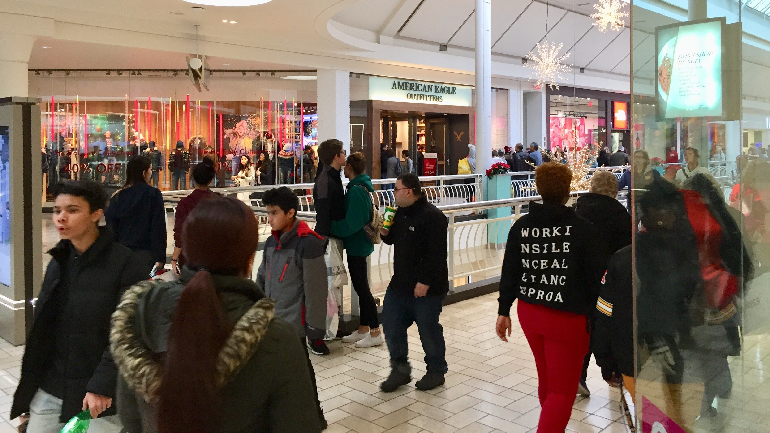 Black Friday Shopping Black Friday Online Retail Makes Inroads But Shoppers Still Pack