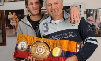 Martín Coggi subió por primera vez a un ring a los dos meses de vida, en los hombros de su padre Látigo Coggi.